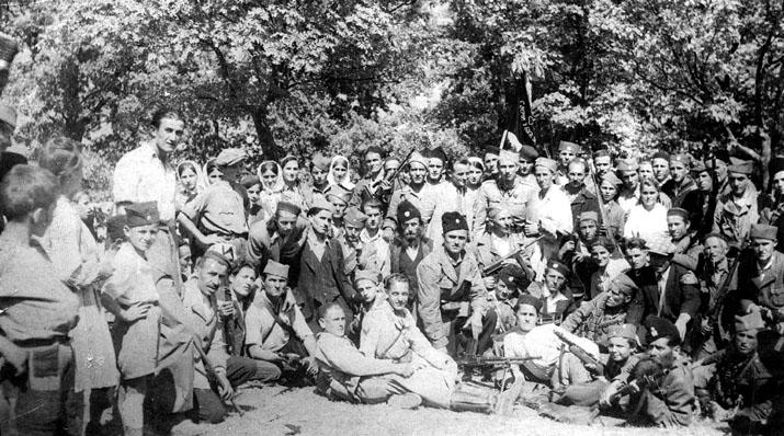 Четници Динарске дивизије. На десној половини стоји мајор Милан Цвјетићанин