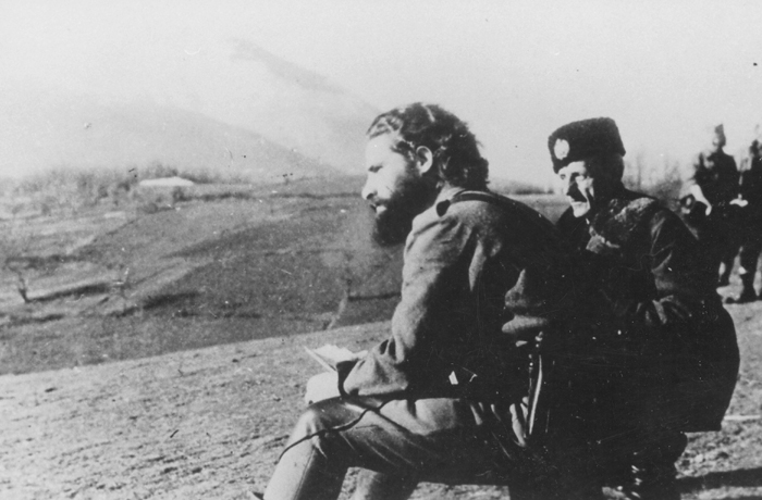 Поручник Радомир Петровић Кент, лево, испод Ртња