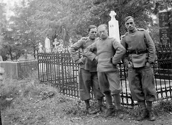Уочи рата: капетан Душан Дуја Смиљанић (у средини) и ваздухопловни наредник Милорад Лукић (десно)