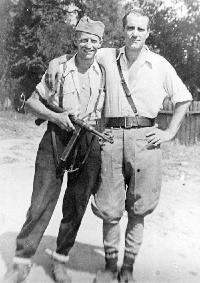 Село Заклопача, августа 1944. Пуковник Милош Радојловић (десно) и Стева Чабраја, предратни мотоциклистички шампион