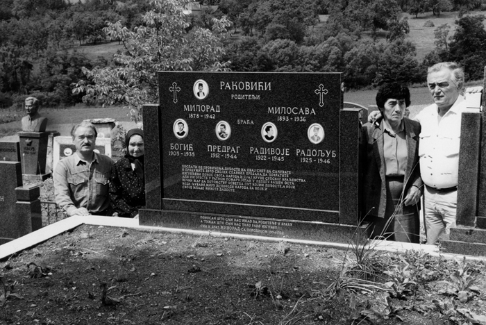 Споменик на гробљу у Пријевору који је после 1990. године др Живорад Раковић подигао родитељима и браћи. Живорад је на слици први с лева