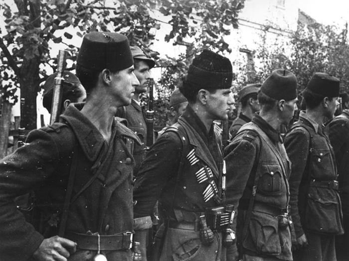 Муслимански четници постројени док их обилазе Дража и амерички пуковник Мекдауел