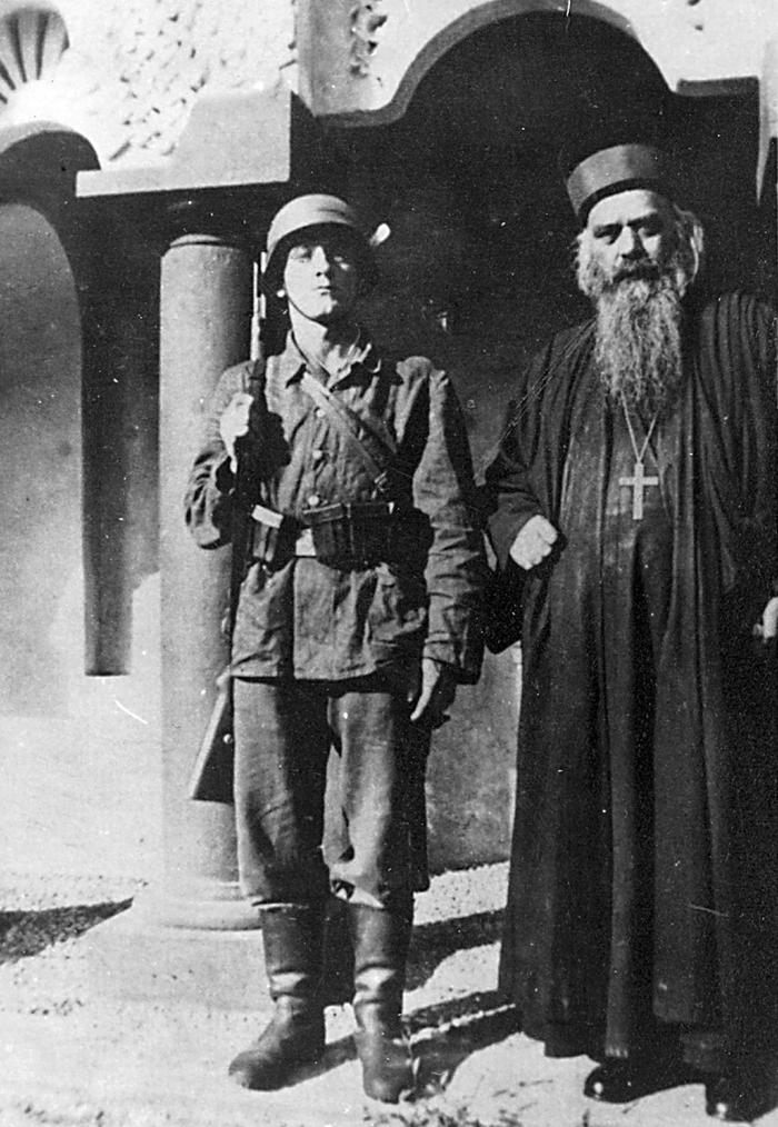 Епископ Николај под немачком стражом 1941.