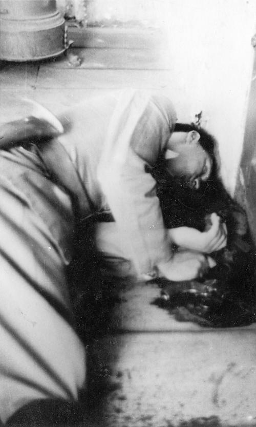 Тело мајора Вучка Игњатовића, убијеног од стране љотићеваца у канцеларији у Новој Вароши