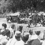 Капетан Синиша Оцокољић Пазарац, командант Млавског корпуса, предаје ратну заставу команданту бригаде