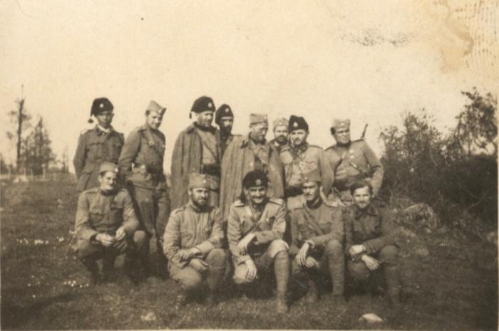 001 Draza, maj 41, Reljic prvi s leva, iza Palosa Taras, pvi s desna Mirko Stankovic, kleci prvi Kovac, drugi Boza Perovic, treci Ilic, cetvrti Lenac