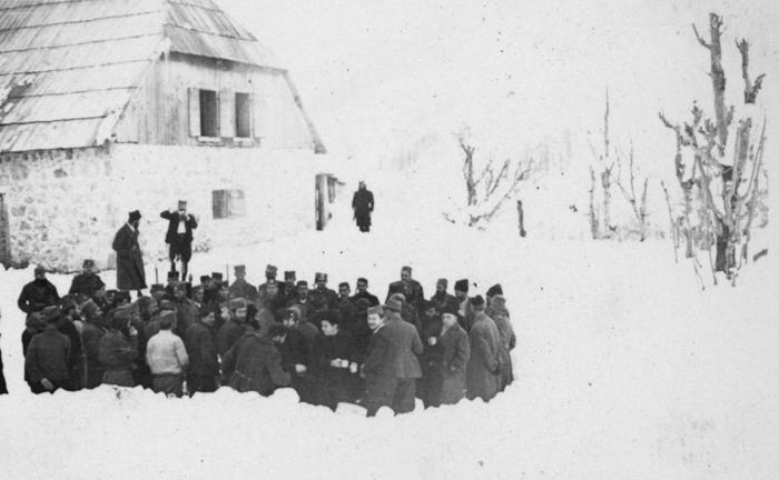 Горње Липово, на Божић 1943. Паљење бадњака. У кући иза била је Врховна команда