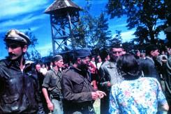 Le capitaine des Etats-Unis Nick Lalic (à gauche), le général Mihailovic et le colonel Robert McDoxell (à droite, chef de la mission Ranger), le 6 septembre 1944 dans le village de Pranjani, près de Tchatchak en Serbie