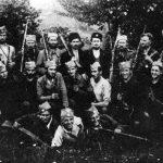 У средини, бр. 1 изнад главе, капетан Никола Гојнић. На слици су и Анђелко из с. Танде, Небојша, Јаблан Милошевић, Љубиша и Лука. Прва с десна у средњем реду је четникиња Мира