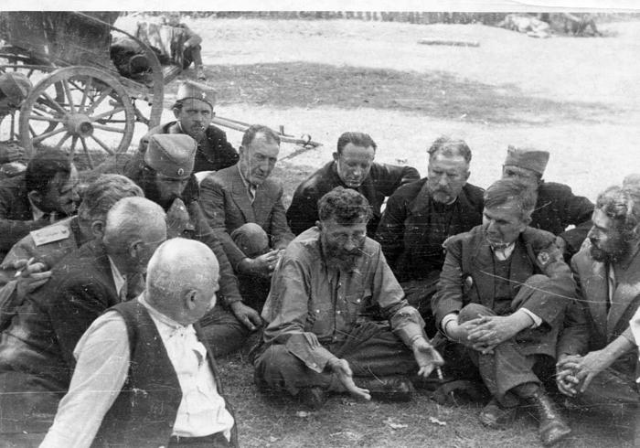 У Прањанима, почетком септембра. Официр лево је капетан Живан Лазовић, командант Смедеревског корпуса