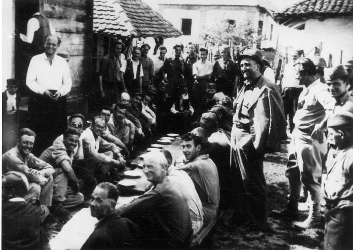 Прањани, 30. маја 1944, свечани ручак за спашене пилоте. Дража је за совром. Други и трећи са леве стране су Баћовић и Лукачевић