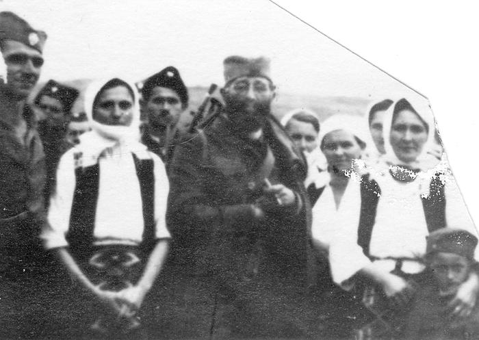 Дража са народом у селу Преслице на Озрену.