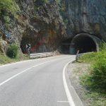 ПРВИ УЛАЗ се види са пута. Овде означен црвеном стрелицом, тунел води према Фочи а плава стрелица означава стазу којом се долази на малу зараван изнад гротла и са које се може лако сићи у његово дно. Горње фотографије су усликане са те заравни.