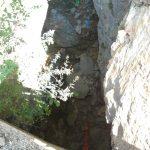 Дно гротла, усликано са асфалта, одатле дубоко неколико метара, плава стрелица УЛАЗ/ИЗЛАЗ, зелена-пресушен поток, црвена-пропусни отвор испод пута, према Бистрици...