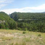 Уз помоћ следећих фотографија ћу детаљно приказати два пута који воде до ушћа ријечице Понор у ријеку Бистрицу. На ушћу се налазе ДВА УЛАЗА у подземне тунеле у којима се налазе кости жртава.  Први пут води из Миљевине према руднику, па даље, узбрдо, према Цркви. Око 500 метара прије Цркве скренемо лијево, након 500 метара скренемо десно и укаже нам се следећи призор...
