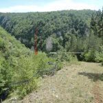 Бијела црта показује куда тече Бистрица (и пут Миљевина-Фоча), зелена правац тока Понора, црна улаз у подземне тунеле. Брдо у крајњој позадини је Кмур изнад Фоче, удаљен 12 километара. Даље спод нас је шљака, отпад од рудника, још један пут и борова шума. Десно, на равни је спомен-обиљежје. Одавде до ушћа је 1 километар и до ове тачке се може доћи возилом. Крећемо се низ ријеку Понор...