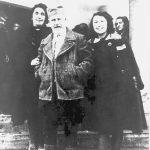 Породица Васић (Наталија, Драгиша и Татјана) у селу Божурња код Тополе, крајем 1943. године. Васић се тада налазио у инспекцији Горске краљеве гарде капетана Николе Калабића