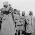 Пуковник Станишић посматра положаје око Гацка, при борбама у априлу 1943. године. Поред њега, лево, мајор Јанко Пајовић