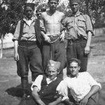Војислав стоји у средини. Мијалко Перишић је први с лева, лежи
