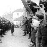 Село Подгорац код Ражња, почетком 1944. Мајор Весић испред своје јединице