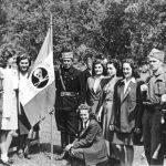 Јесен 1943, у порти Цркве Св. Петар у Подгорцу, приликом освећења заставе. Заставу држи мајор Брана Петровић, командант Делиградског корпуса