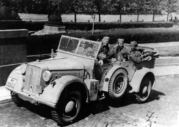 Ђуришић са Немцима испред Народне скупштине у Београду, маја 1944. године (у средини, на задњем седишту)