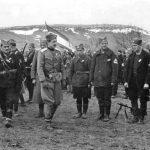 У првом плану је поручник Мирко Ћирковић