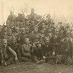 Припадници Сокобањске бригаде испред школе у Шарбановцу код Сокобање