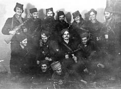 Лажни Калабић (трећи с лева) и официри Озне
