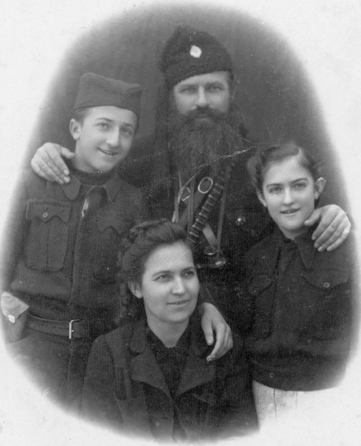 Никола Калабић са сином Миланом, ћерком Миром и женом Борком, крајем 1943. у Божурњи код Тополе