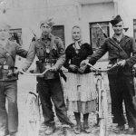 Четници Мотајичке бригаде. Први с лева је Остоја Мајсторовић из с. Јурковица код Србца (погинуо је 19. августа 1945), а први с десна је Хрват Јозо Матковић из с. Повелич код Србца, четник од 1941. до 1945.(данас живи у Повеличу)