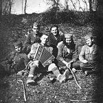 С брадом је Никола Форкапа из с. Медари код Окучана, пре рата на раду у Аргентини, уочи рата отворио радњу у Србцу. У почетку рата био је командант Мотајичког четничког одреда, а потом помоћник команданта Средњобосанског корпуса Лазара Тешановића, у чину поручника