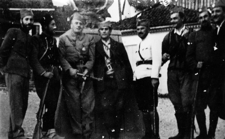 Јевђевић и Баћовић у Фочи августа 1942. године испред враћеног споменика Краљу Петру Првом Ослободиоцу