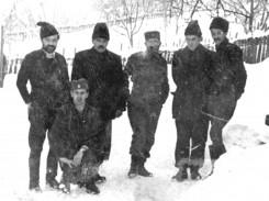 Јанчићи, почетком 1944, с лева на десно: Капетан Миодраг Стојановић, мајор Александар Михајловић, Дража, капетан Радомир Милошевић и потпоручник Милија Јанићијевић
