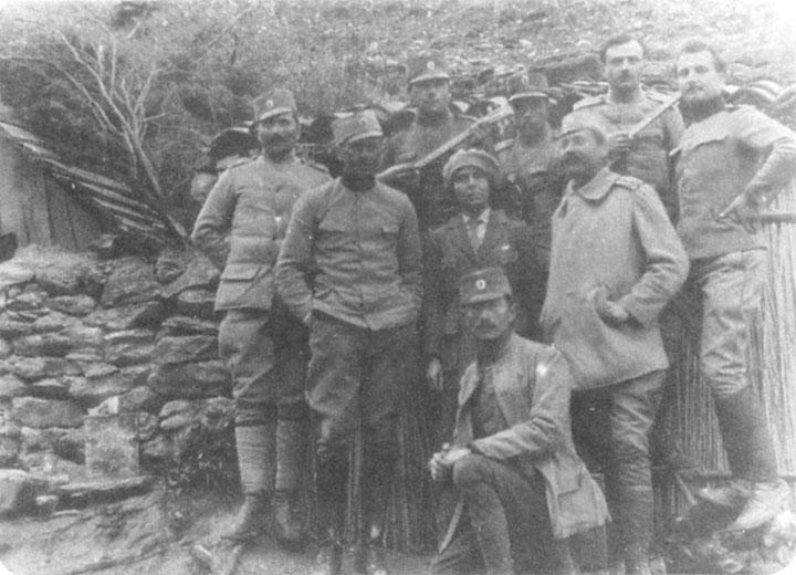 Потпоручник Дража Михаиловић (клечи) са саборцима