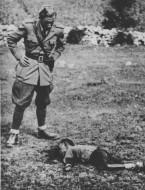 Италијански официр над убијеним српским дететом у околини Горажда