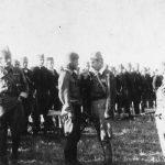 У средини је мајор Љуба Јовановић, командант Тимочког корпуса. Десно је капетан Радомир Петровић Кент (руке у џеповима)