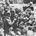 Испред деце су мајор Јовановић и капетан Кент