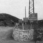 Улаз у логор Еболи. ''P.W. CAMP'' је ознака за логор непријатељских ратних заробљеника. То је била формална ствар, јер је постојала само једна стража, на улазу, коју је давао Жандармеријски пук (Срби).  Британски штаб се налазио у логору, уз штаб генерала Дамјановића. Комунисти су непрекидно тражили изручење четничких команданата, али Западни савезници им нису удовољили ни у једном случају, ни у овом логору, ни иначе, већ су регрутовали четнике за своје формације, укључујући и јединице које су чувале немачке ратне заробљенике. Четници су из логораЕболи излазили у околне градове и путовали по Италији, углавном покушавајући нешто да зараде трговином