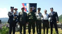 Део потомака Милисава Марковића крај његовог гроба 1. јуна 2015. Чукун-унук Милисав је први с десна