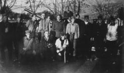 Група партизана у Топлици 1944, испред топа добијеног од Британаца