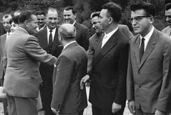 Добрица Ћосић (десно) у друштву Ј. Б. Тита, 1961. године