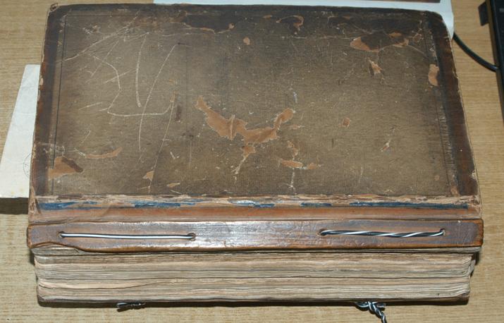 Изглед рукописа Манојла Кораћа, како га је он укоричио у дрвене корице и увезао жицом.Са прилозима (писма, документа, исечци из новина) има око 1.000 листова