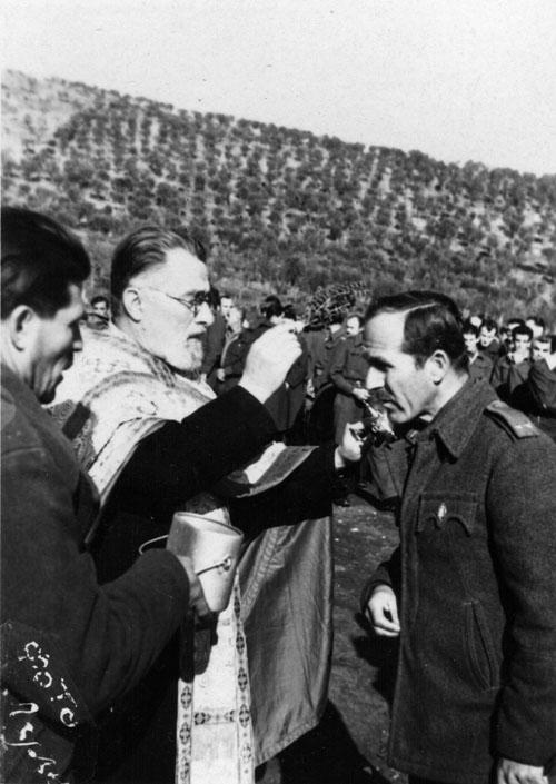 ПотпуковникМанојло Кораћ 19. јануара 1947. године, у логоруЕболи. Освећење водице на Богојављање