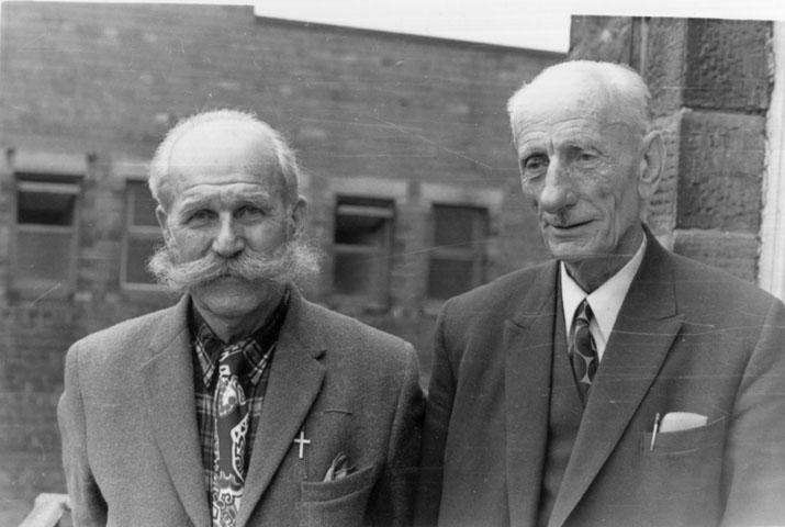 У Великој Британији, око 1975. године.ПотпуковникМанојло Кораћ (лево) са саборцем из Удружења бораца Краљевске Југословенске војске у Отаџбини за ВеликуБританију