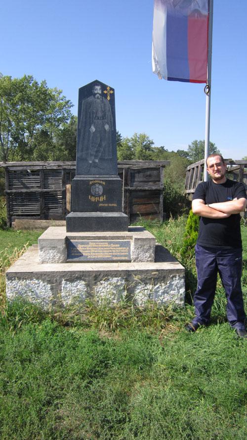 Драган Топаловић поред споменика, септембра 2015.