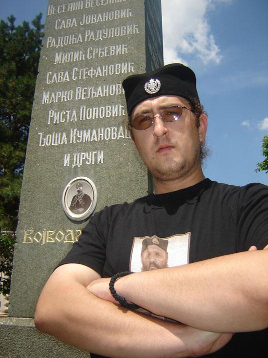 Дописник ''Српских новина'' поред споменика