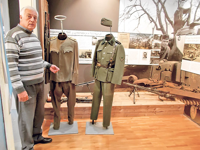 muzej-uzice-autor-postavke-uzicka-republika-radivoje-papic-kraj-izlozenih-uniformi-foto-s-jovicic