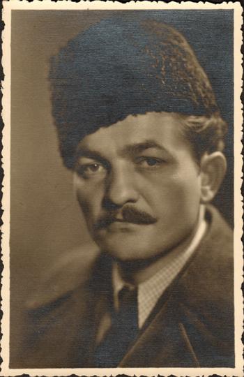 Фотографија прерушеног Пањевића (са шубаром и брковима) снимљена у фотографској радњи Уроша Влаховића, једног од чланова групе Пањевића