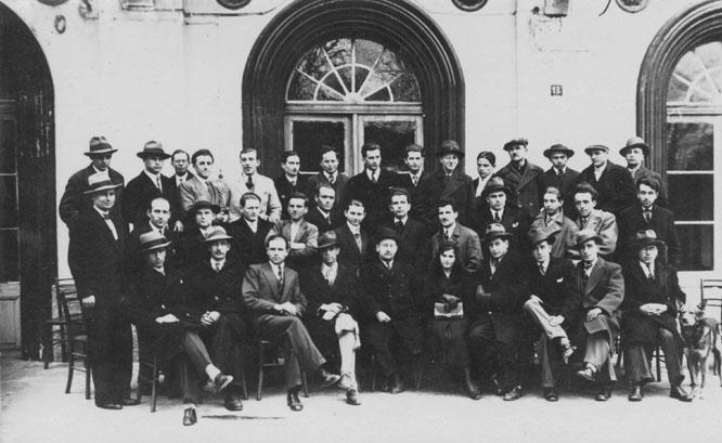 Комунисти Калабића обично називају геометром, али избегавају објављивање слика на којима се види предратна господа. У Аранђеловцу, 1930-тих: Никола Калабић, седи трећи с лева, са колегама